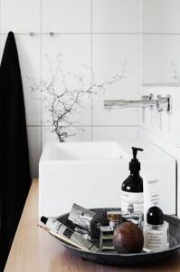 bouteille de produit dans salle de bain noire et blanche