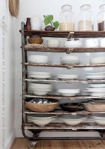 accumulations d'assiettes et ustensiles