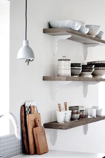 accumulation assiettes et bocaux sur étagère