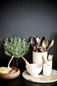 ustensiles en bois dans une cuisine