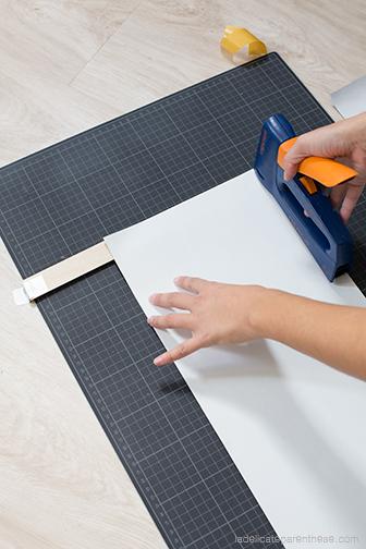 agrafer le papier peint pour fixer le porte revue