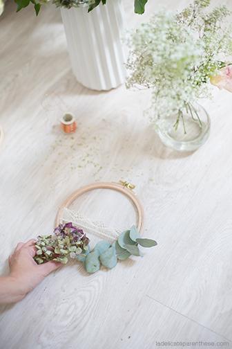 Décoration murale des tambour à broder recyclés en couronne de fleur