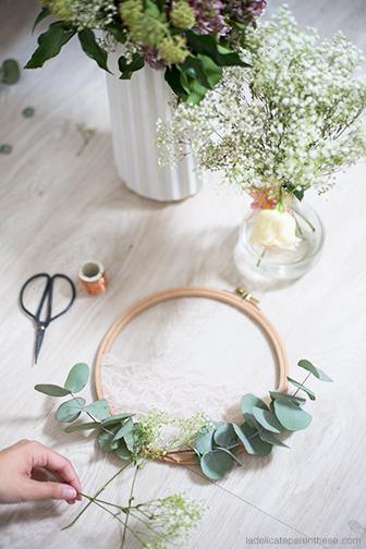 Faire soi même une couronne de fleurs fanées pour habiller les murs