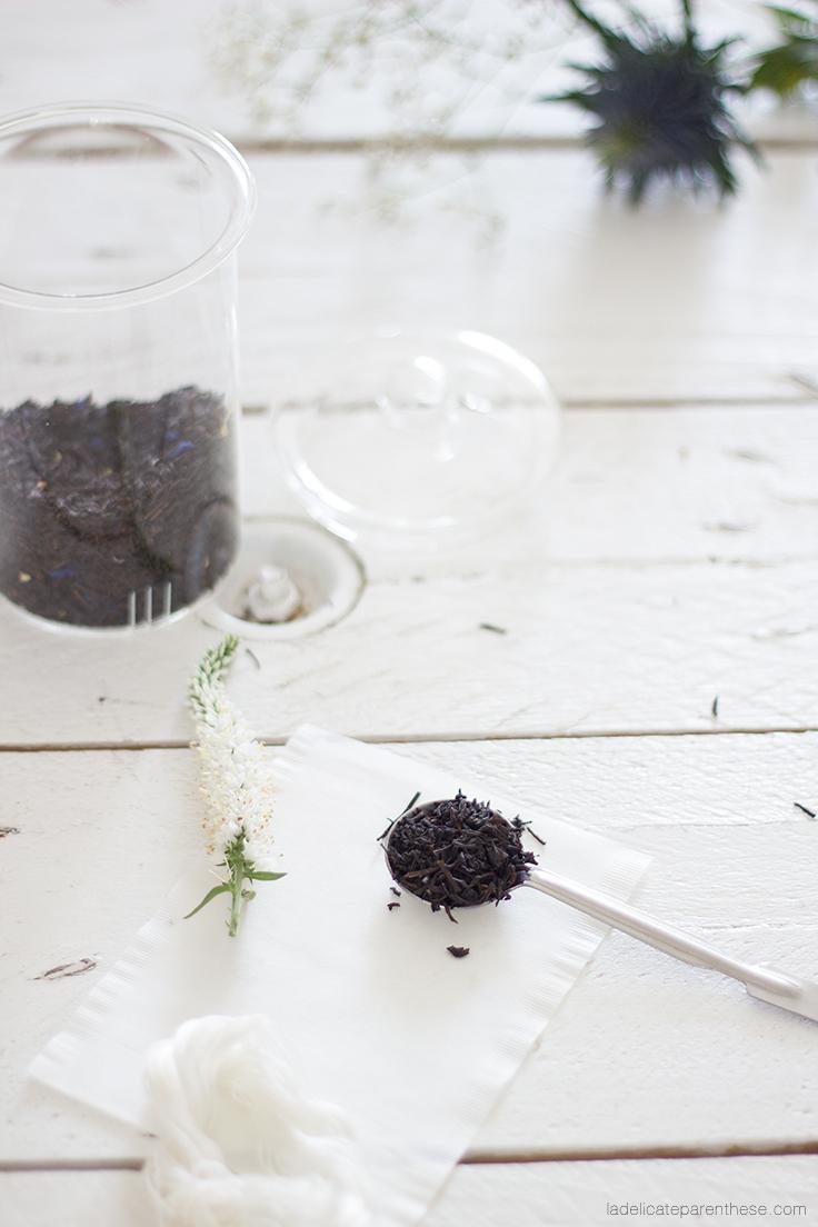cuillère et thé en fleur pour l'automne dans les teintes bleutées