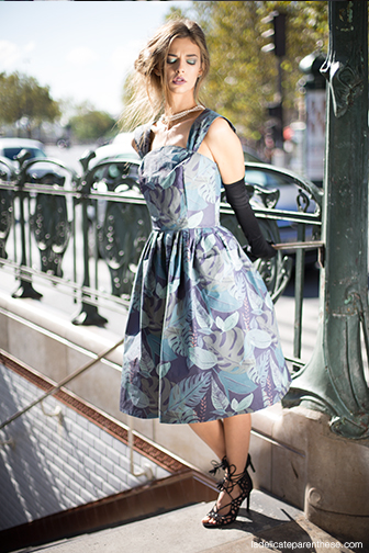 semaine du papier peint graham & brown, robe en papier peint et mannequin dans paris