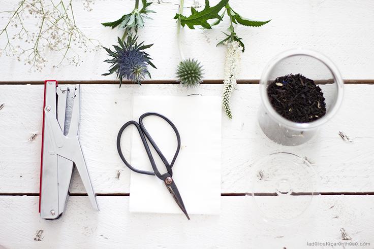 création de thé artisanale, sachets de thé et fleurs bleutées