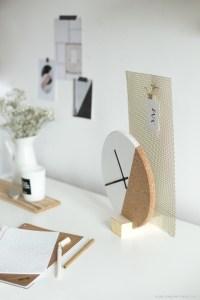 création horloge graphique en liège DIY handmade blog décoration