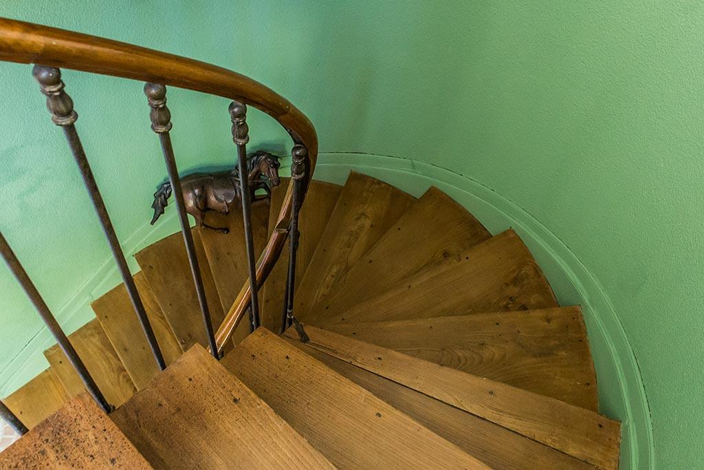 L'escalier qui mène aux chambres d'hôtes de la demeure du grand moulin