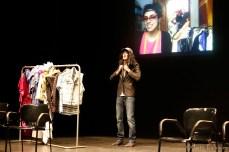 Marina Díaz a la pantalla i Pau Gómez a l'escenari