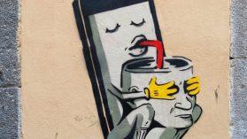200503 - Un téléphone intelligent aspire le cerveau d'un homme à la paille by TXMX 2 CC BY-NC-ND 2.0 - La Déviation