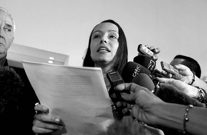Tanja Nijmeijer, representante de las FARC en diálogos de paz con el gobierno colombiano, lee un comunicado, ayer, en La Habana (Cuba). Foto: Alejandro Ernesto, Efe