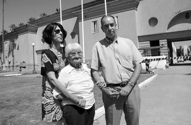 Cecilia Blanco, Luisa Cuesta y José Luis González, ayer, cuando fueron al Servicio de Material y Armamento del Ejército para la inspección ocular del 300 Carlos.