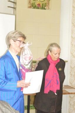 Aika kiittää Irmeli Sauriota pitkäjänteisestä työstä LKCn hyväksi
