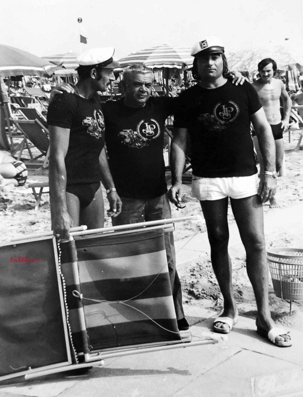 Pesaro, anni '70. I bagnini Roberto Olmeda, Gino Guidi con un amico (raccolta Gino Guidi, Pesaro)