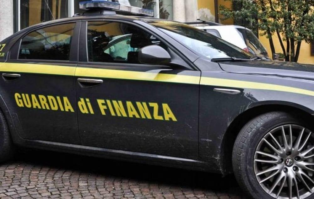 Guardia di Finanza in azione per reprimere abusivismo commerciale e contraffazione