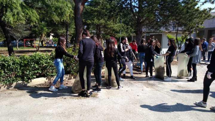 """All'Istituto Tecnico """"Dell'Olio"""" studenti all'opera per ripulire dai rifiuti la zona della scuola"""