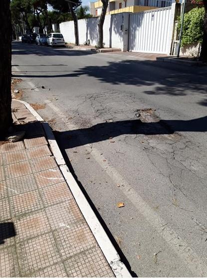 I cittadini segnalano i disagi in Viale La Testa, da anni la strada si presenta in pessime condizioni