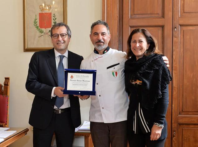 Il pizzaiolo biscegliese Montarone premiato da Angarano e assessore Sasso