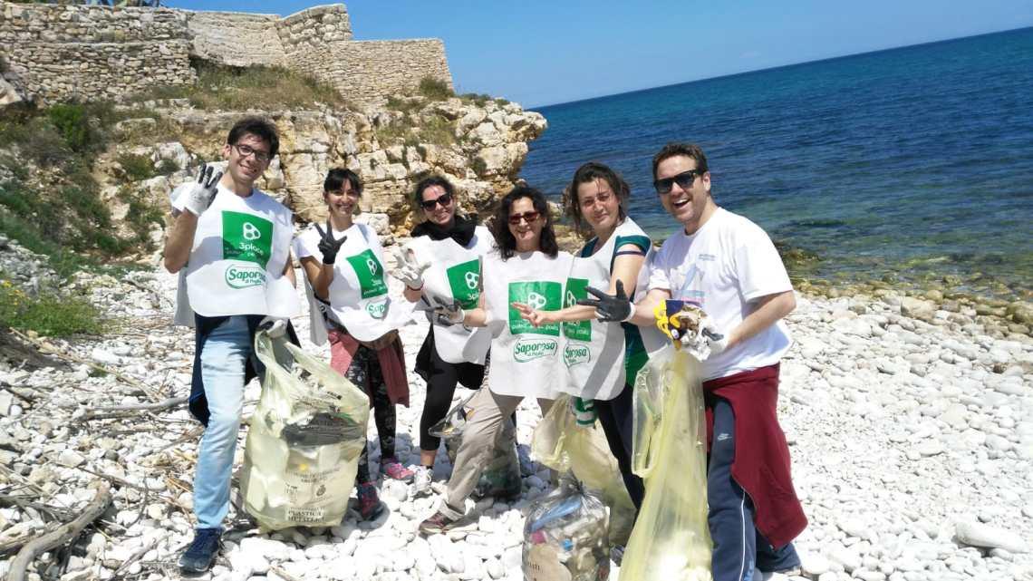 Pulizia spiagge, 11 bustoni di rifiuti di plastica raccolti al Ponte Lama