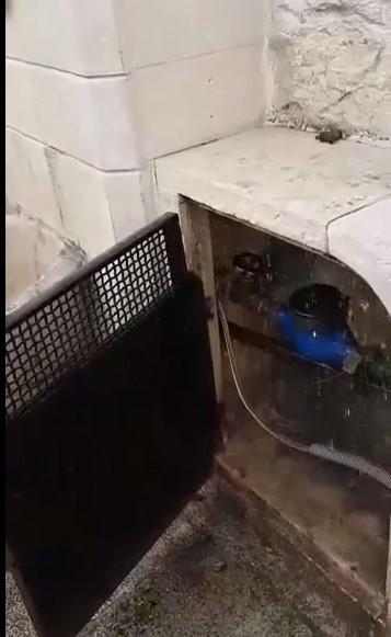 Ancora danni alle Tre Pompe, perdita d'acqua dall'erogatore