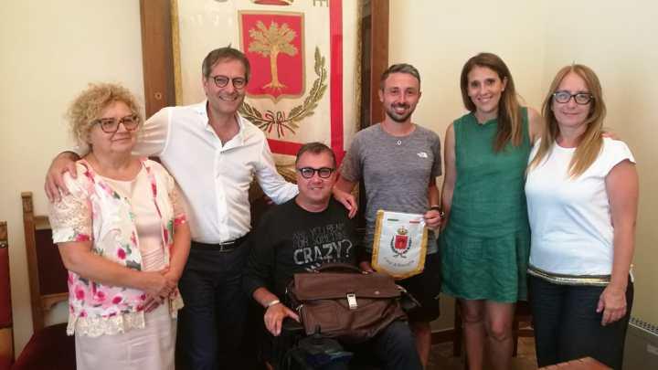 Seimila chilometri a piedi contro la Sclerosi multipla: Marco Togni ricevuto a Palazzo di Città