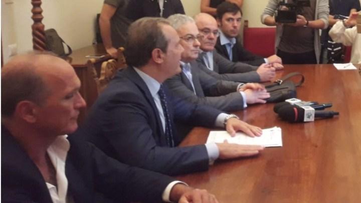 Rifiuti, opposizione unita: «Un appalto poco chiaro e a condizioni peggiori»