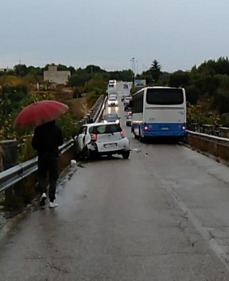 Incidente sul Ponte Lama, si scontrano un'auto e un pullman di linea