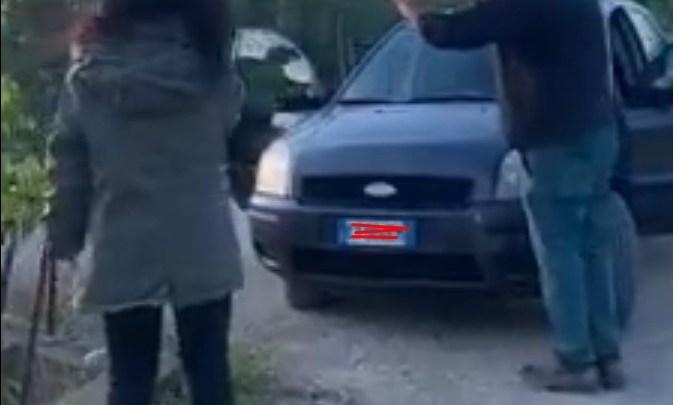Due ladri scoperti a rubare ortaggi in un terreno: filmati e fotografati minacciano i proprietari