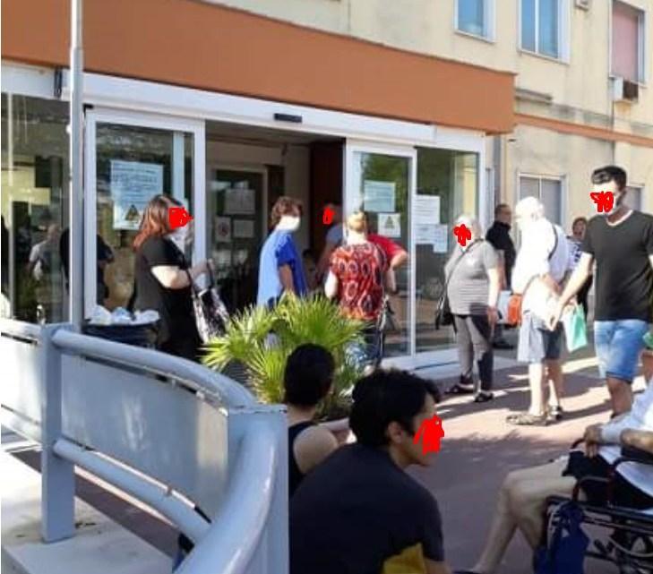 All'ospedale pazienti in attesa di visite mediche e ticket fuori dalla struttura con il caldo a 38 gradi