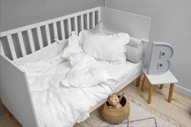 Toteme_botanique_cot_bed_woody_stool_snow_linen_snowy_white_textiles_01