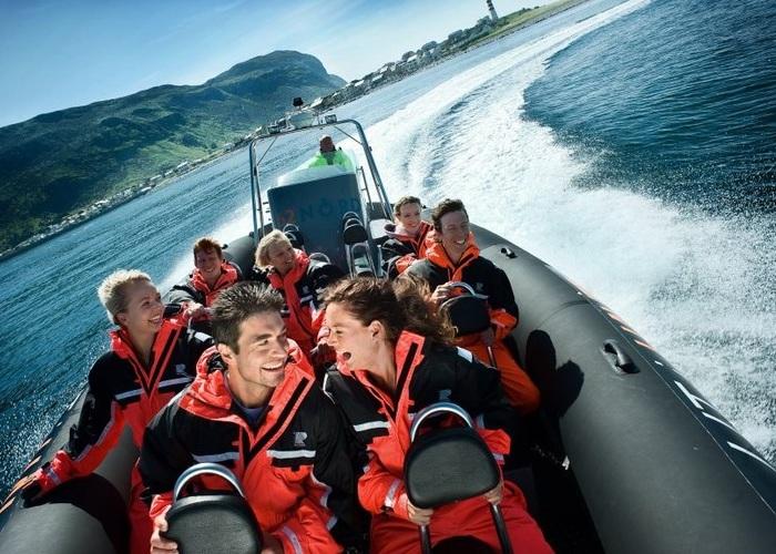 Lancha leva a safari no mar da noruega