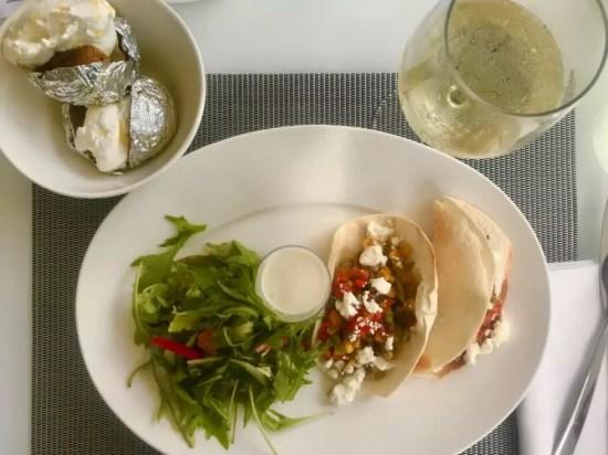 tacos vegetarianos e batata recheada - Andrea Miramontes / Lado B Viagem