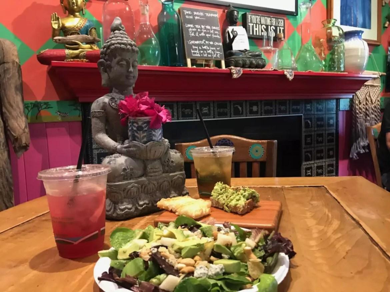 Salada acompanha blends de chá que misturam flores, ervas e frutas - Andrea Miramontes / Lado B Viagem