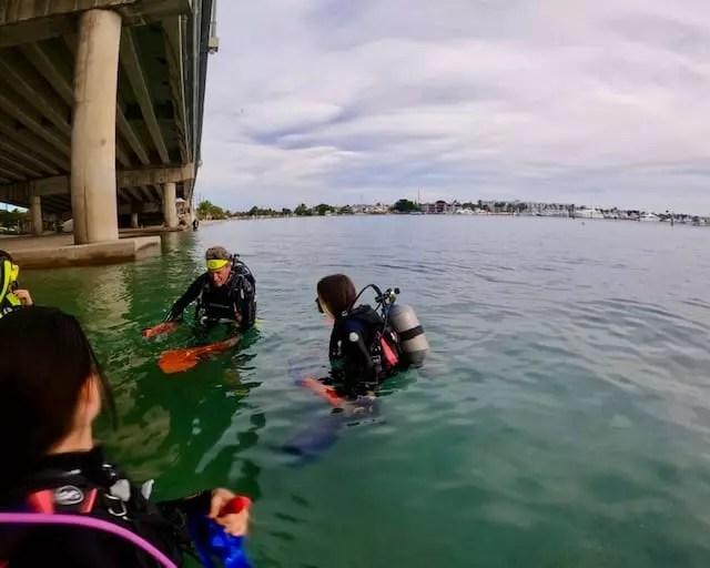 Aulas acontecem dentro e fora do mar antes de mergulhar de fato