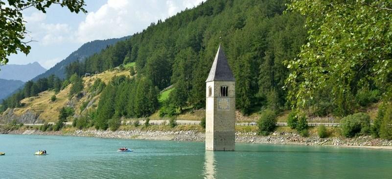 Lago di Resia con campanile di Curon