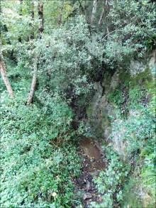 L'eremo sorge su un costone roccioso compreso tra il torrente S. Elia e il Vallone Profondo