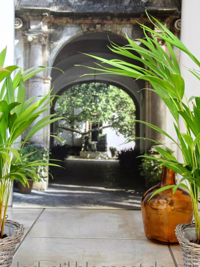 Illusion eines Eingangs zum Innenhof mit Pflanzen
