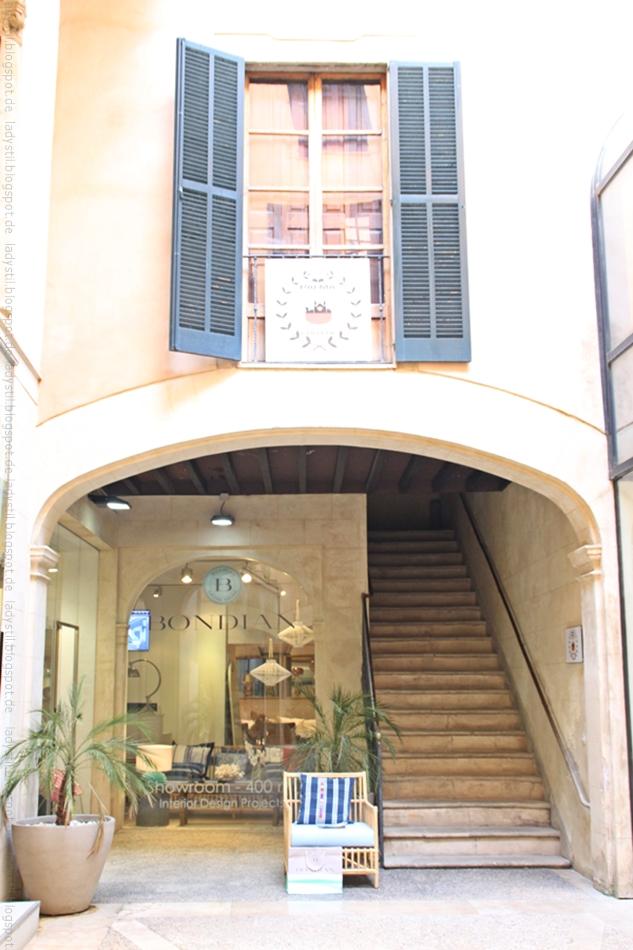 Blick auf den Eingangsbereich des Interior Shops Bondian Living auf Mallorca