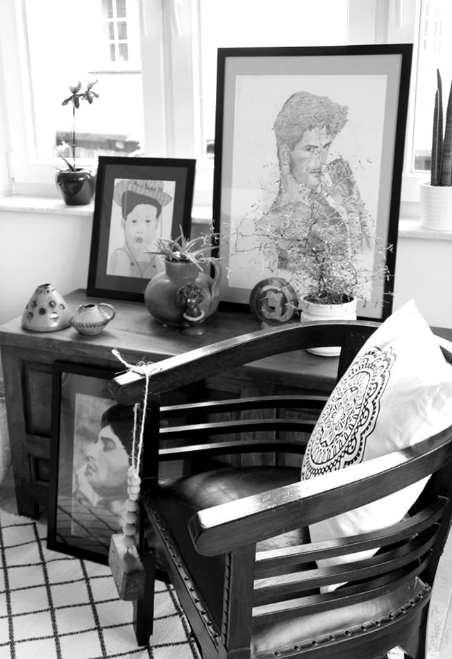 schwarzweiß Foto von einer Kommode mit Plants and Art