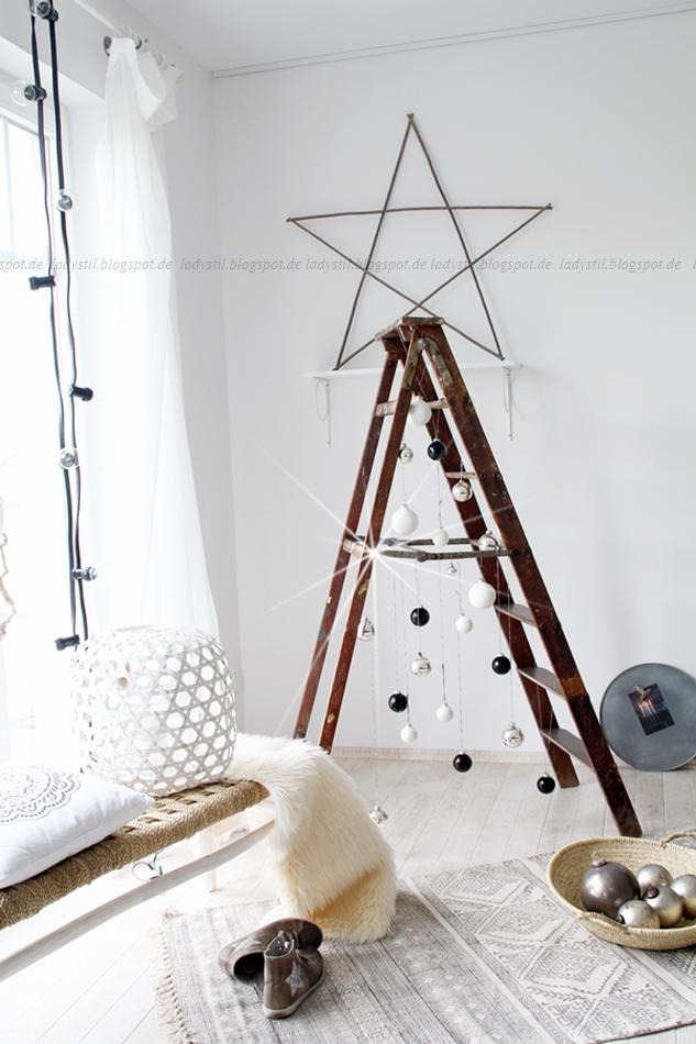 DIY Weihnachtsbaum aus Leiter und Weihnachtskugeln schwarz weiß silber Holz