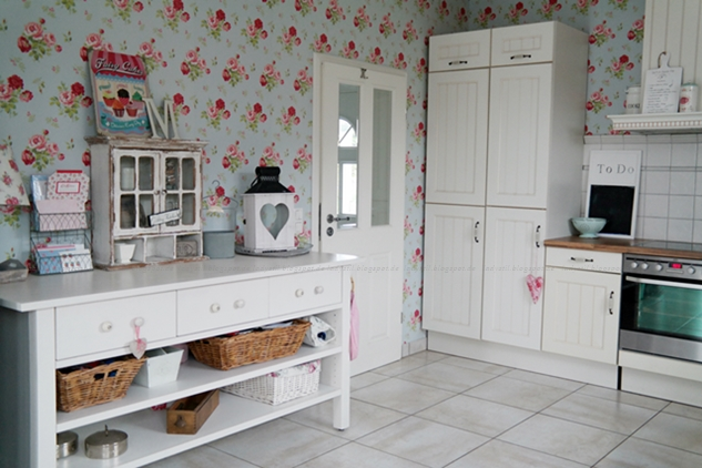 Vorher Nachher Fotos der Küchenrenovierung, hier Vorher mit Blumentapete