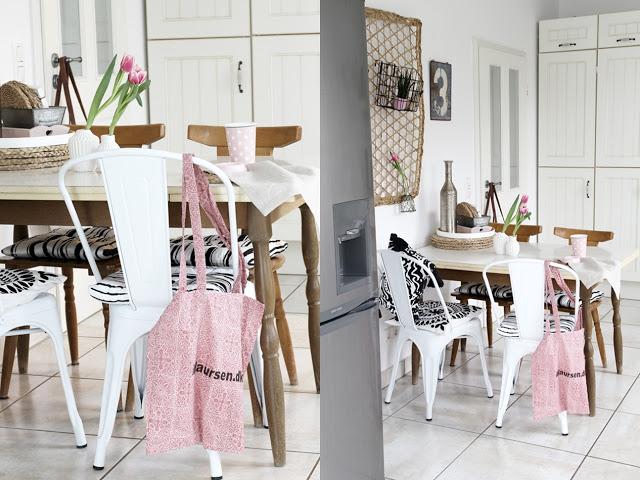 Deko Donnerstag! Heute mit einem vintage Küchentisch, der Kindheitserinnerungen weckt und stylischer Tischdeko! Blick auf den vintage Tisch mit Tischdeko in weiß rosa Holz