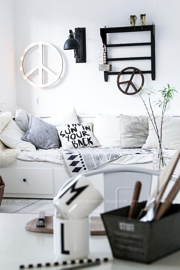 DIY Peacezeichen Leuchtobjekt vom Küchentisch aus gesehen mit Design Letters Tassen, HK Living Kissen, Scherenlampe