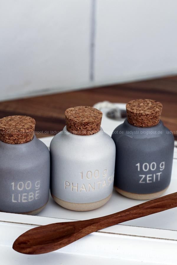 Dekodonnerstag mit Küchen Details von Räder , Gewürzdosen in grau mit dunklem Holzlöffel