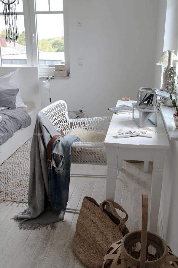 Mach´s Dir gemütlich im Schlafzimmer! Mit natürlich-wärmenden Materialien, schicker Bettwäsche und weichen Decken durch die kalte Jahreszeit! I feel good! Schreibtischstühl mit Decke und jeans