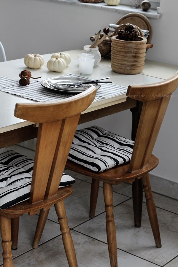 Kücheneinrichtung in Schwarz Weiß Holz mit leichten New Boho Elementen, alter Tisch und Stühle aus Kinderzeiten