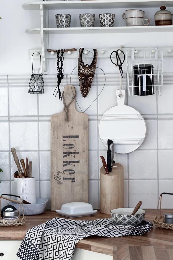 Küchenarbeitsplatte im Bohostil, Holz Schwarz Weiß Accessoires,Scandiboho Living Mandala Kräutertöpfe selber gestalten, DIY im Bohostil für die Küche
