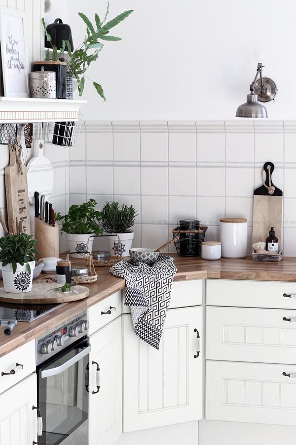 Überblick über die Küche im New Boho Stil mit Schwarz Weiß Holz Accessoires und Mandala Übertöpfen