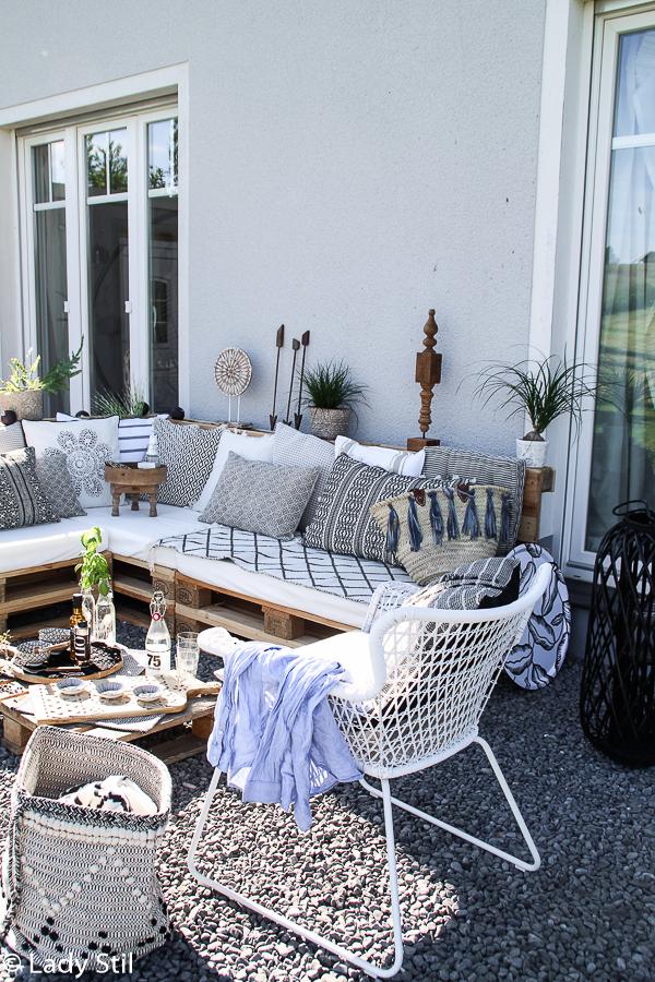 Sommertrend 2017, Palettenlounge selbermachen im Jeansblau-Trend, Blick auf die Terrasse