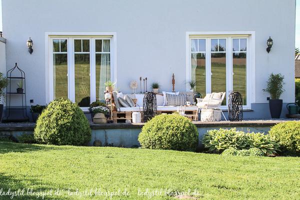 Palettenlounge selberbauen, Dekoideen für Terrasse und Garten, Terrassenansicht